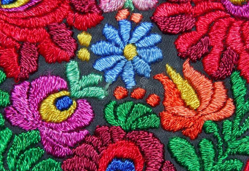多色花卉手刺绣样式 免版税库存照片