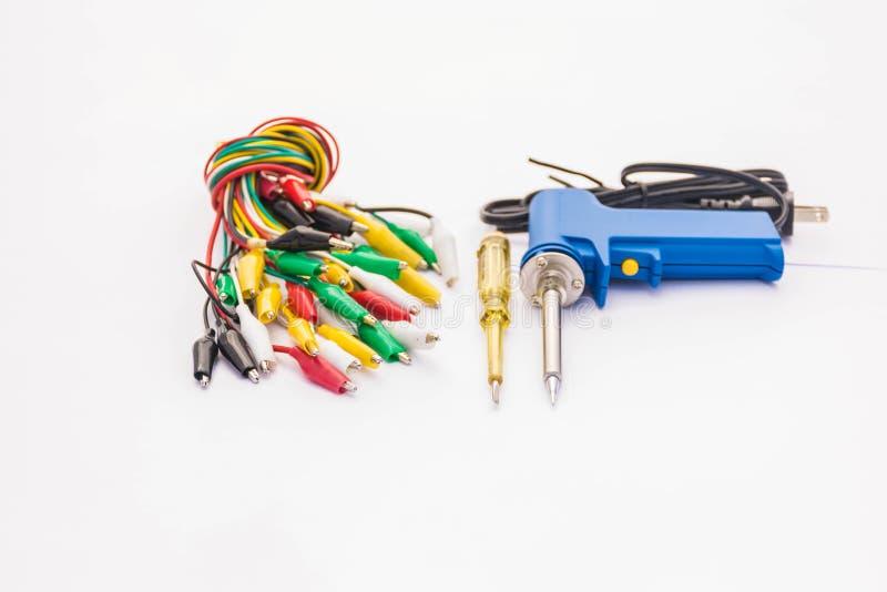 多色镊子软性被弄脏的和软的焦点,电螺丝刀试验灯,焊接的设备,辅助部件,备件 免版税图库摄影