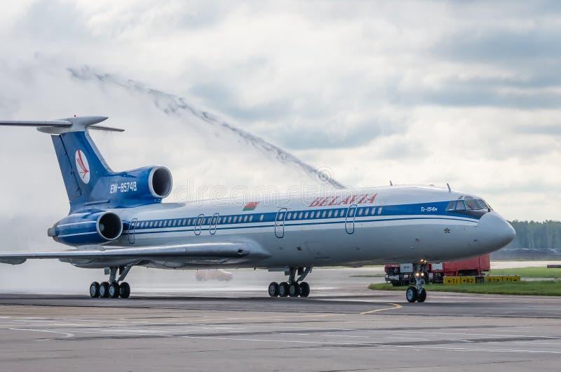 多莫杰多沃机场,莫斯科- 2015年7月11日, :图波列夫Tu154M Belavia航空公司EW-85748水曲拱招呼的 库存照片