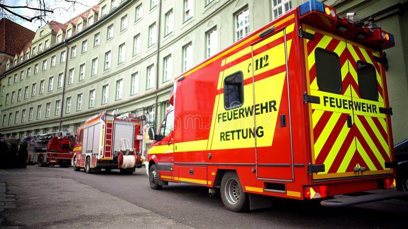 多部消防车在大厦,紧急情况,撤离附近停放了 免版税图库摄影