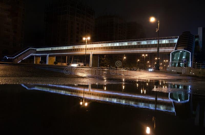多雨夜在巴库市,汽车车灯通过看法的薄雾关闭发光从界线, selec的水平 库存照片
