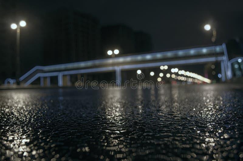 多雨夜在巴库市,汽车车灯通过看法的薄雾关闭发光从界线, selec的水平 免版税图库摄影