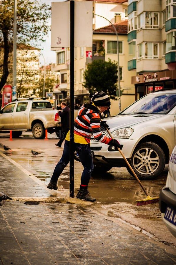 多雨街道的市政工作者 库存照片