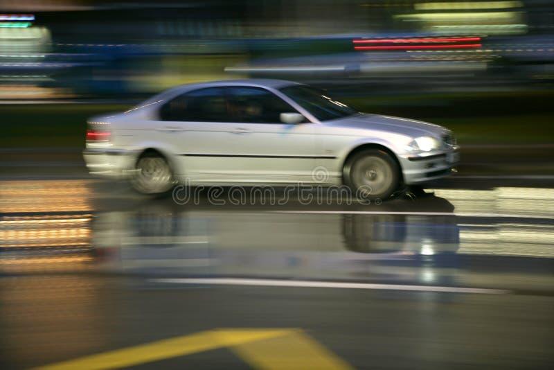 多雨迷离汽车行动移动的晚上 免版税库存照片