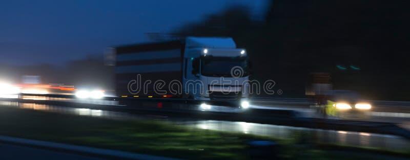 多雨高速公路交通在晚上 免版税库存图片