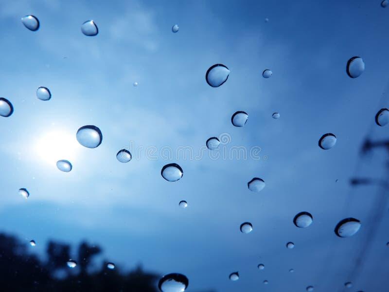 多雨saeason做了在汽车前面被困住的一waterdrop 免版税库存照片