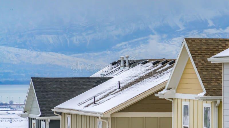 多雪的家外部的看法的清楚的全景关闭在冬天季节期间的 库存图片