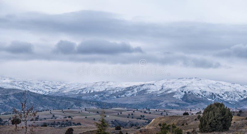 多雪的山全景在土耳其 库存照片