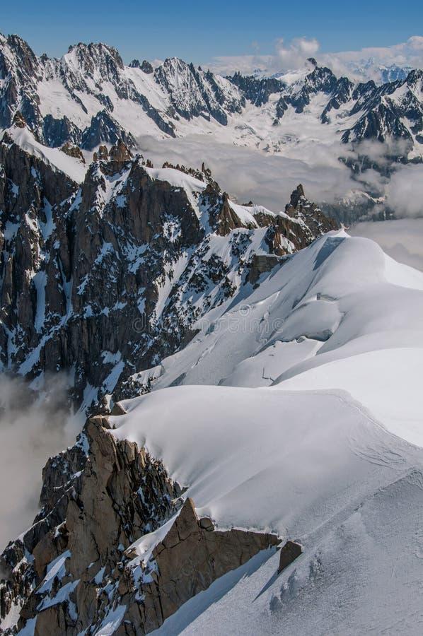 多雪的山峰和山在一好日子 免版税库存图片
