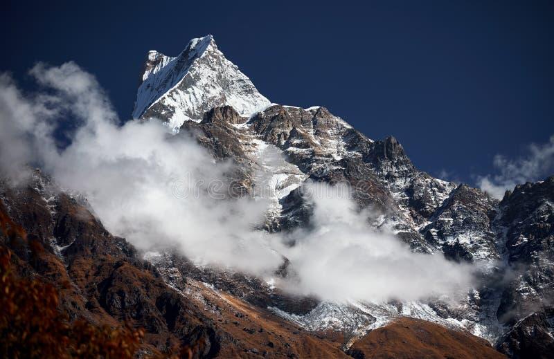 多雪的山峰在喜马拉雅山 库存图片