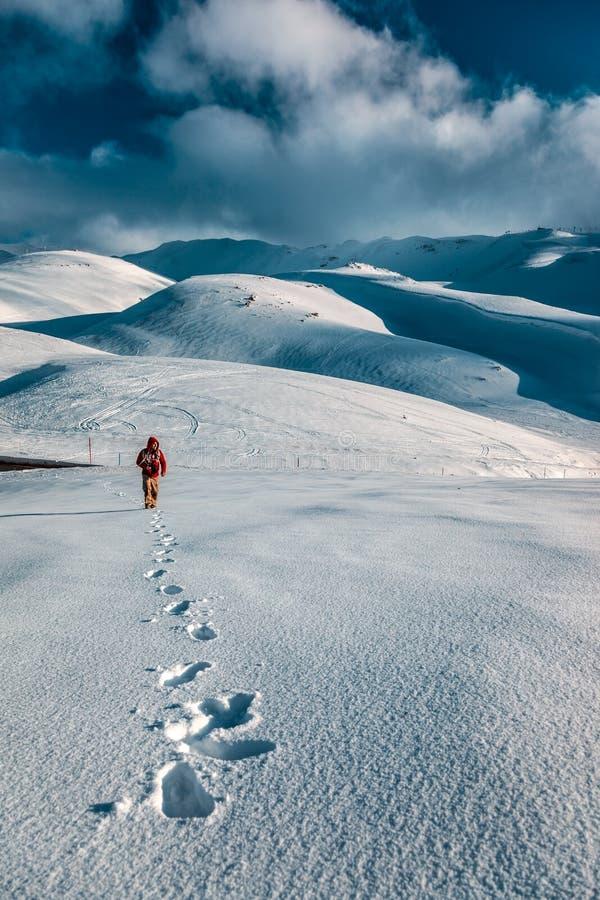 多雪的山的人 免版税图库摄影