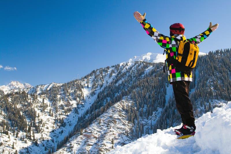 多雪的山的体育运动人 免版税库存图片