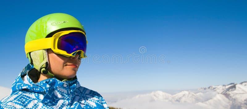 多雪的山的体育运动妇女 免版税库存图片