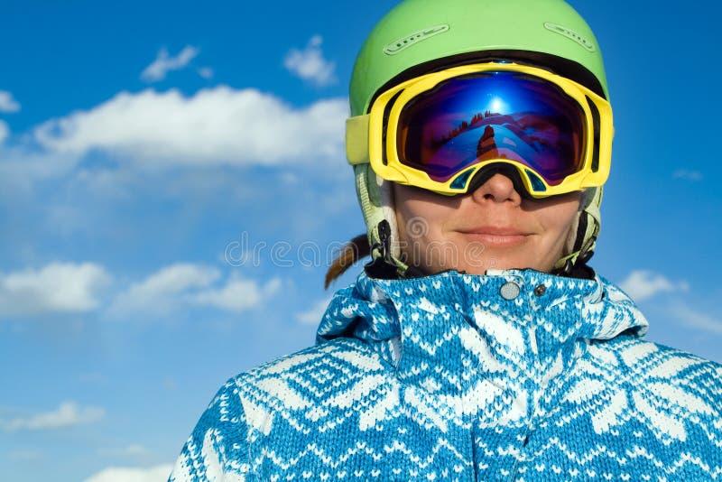 多雪的山的体育运动妇女 库存图片