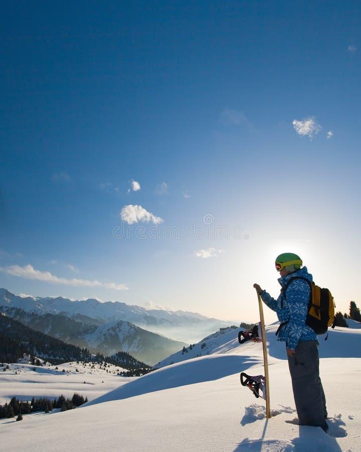 多雪的山的体育运动妇女 免版税图库摄影