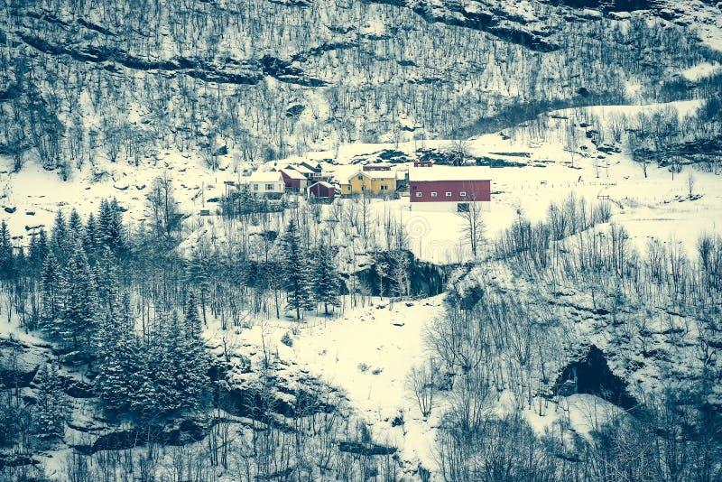 多雪的山的议院 免版税库存照片