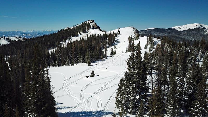 多雪的山雪上电车轨道寄生虫射击  免版税图库摄影
