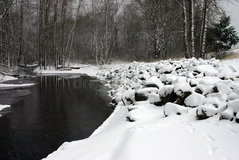 多雪的河 免版税库存图片