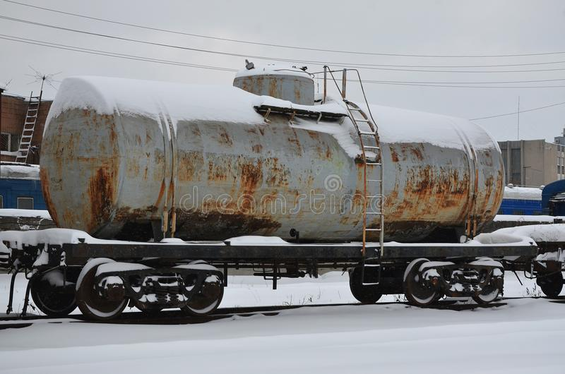 多雪的结冰的铁路运货车详细的照片  运货车的零件的片段在铁路的在多雪 免版税库存照片