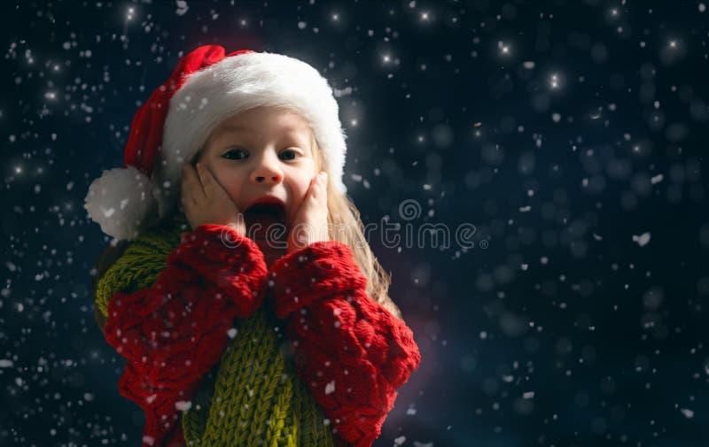 多雪的背景的女孩 免版税库存图片