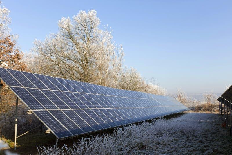 多雪的结冰冬天自然的太阳动力火车 免版税库存照片