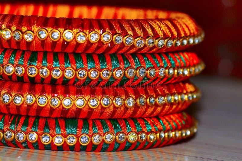 多颜色石头散布的丝绸螺纹手镯 库存图片