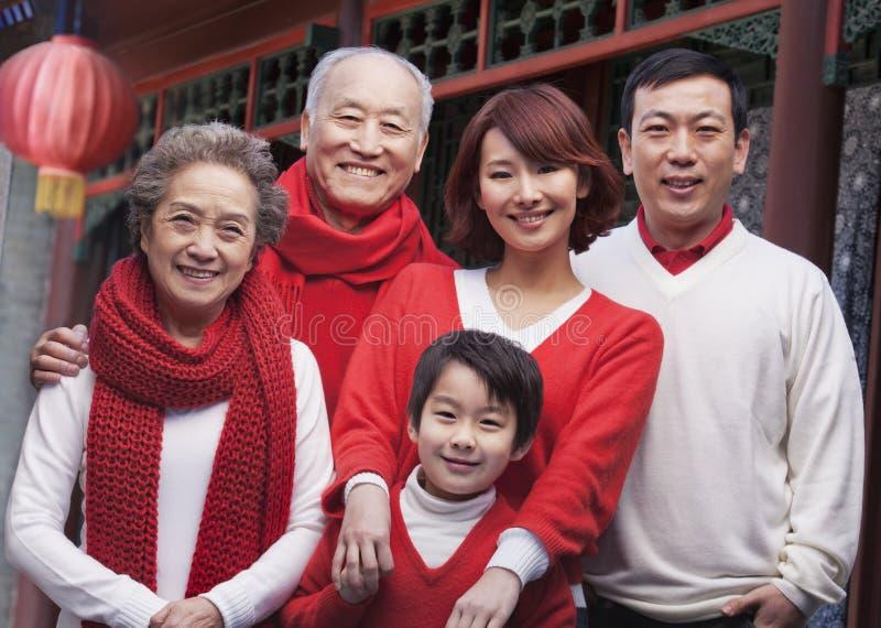 多代的家庭在繁体中文庭院里 免版税库存照片