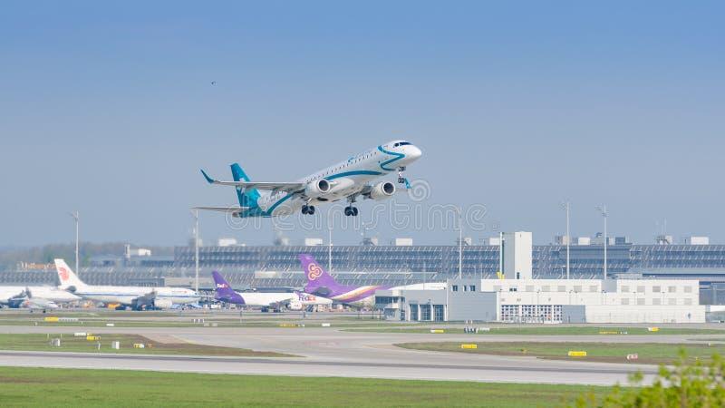多洛米蒂航空公司航空公司平面巴西航空工业公司E喷气机获取高度的 库存照片