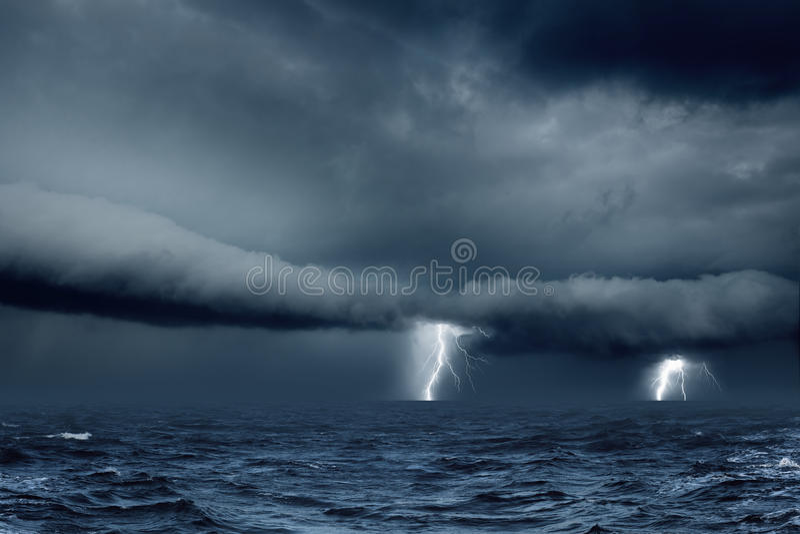 多暴风雨的天气在海 免版税库存照片
