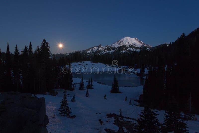 夜与满月的山风景 图库摄影