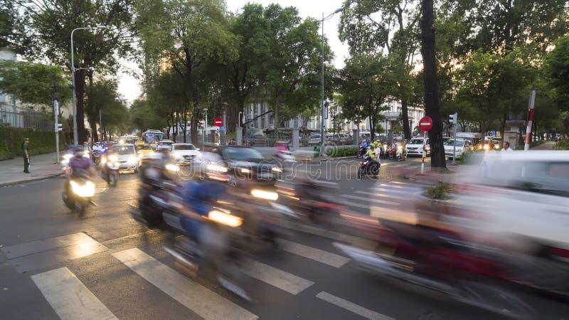 夜交通在胡志明市在越南 免版税库存照片