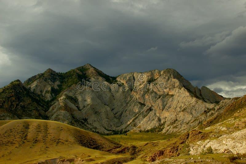 夜光中的岩峰 库存图片
