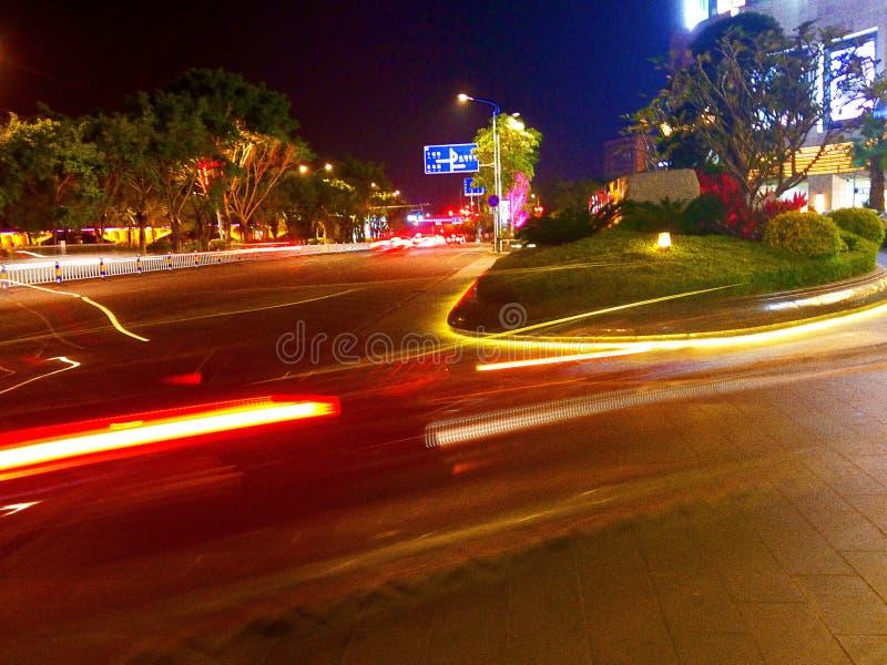 夜光和轻的轨道在都市路 库存照片