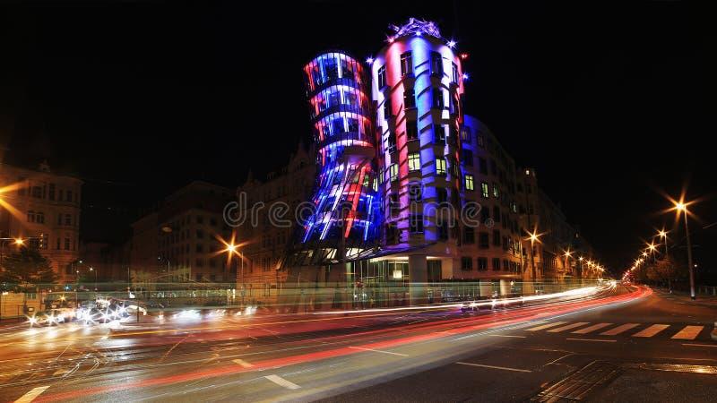 夜光在布拉格,跳舞的房子 免版税库存图片
