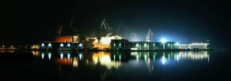 夜光在造船厂