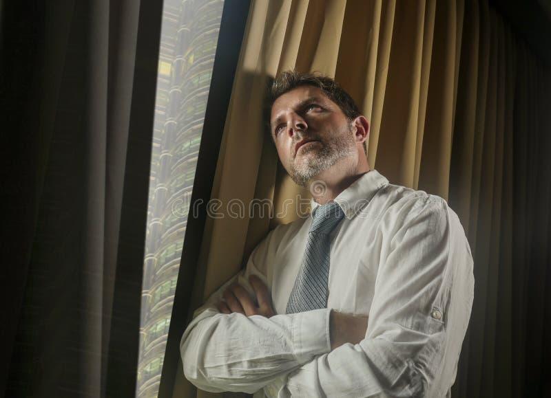 夜光运作晚看的商人办公室画象通过周道的窗口和哀伤沉思的感觉担心和 图库摄影