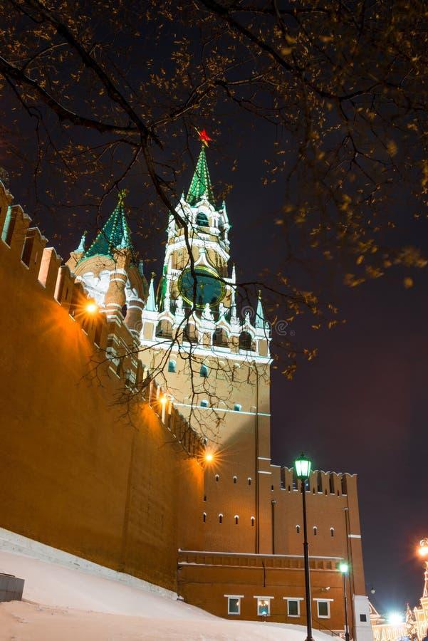 夜克里姆林宫塔的冬天快照与编钟的 免版税图库摄影