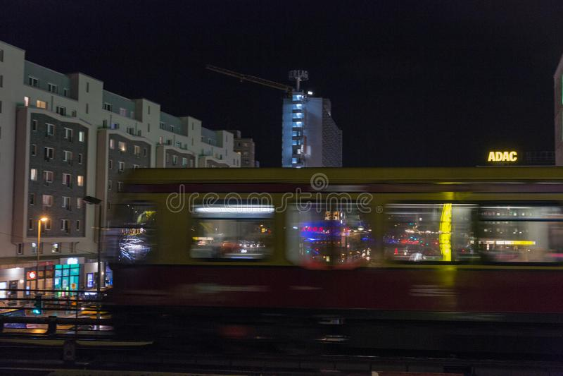 夜卡尔・李卜克内西街道在柏林,德国 库存图片