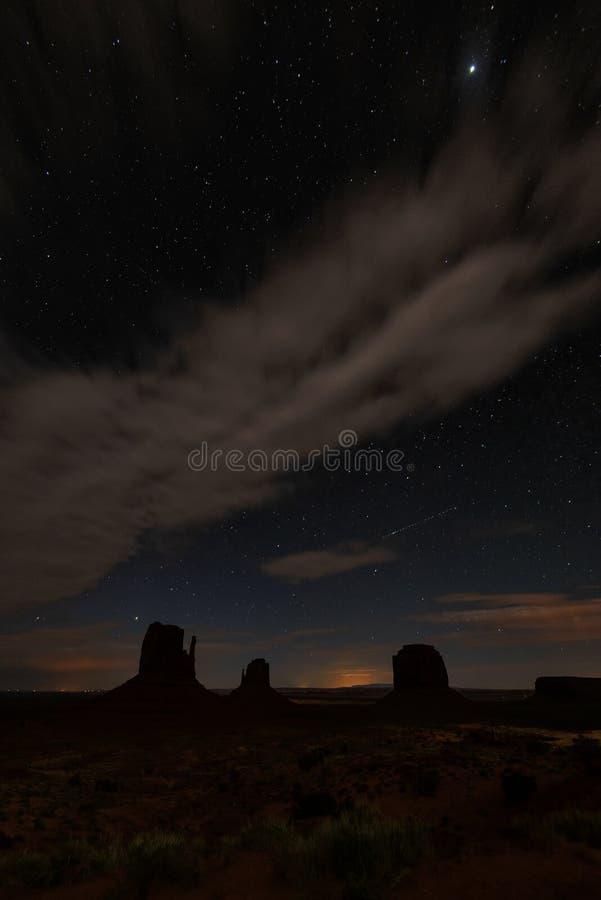 夜和明亮的星在纪念碑谷 库存图片