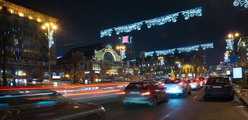 夜在大城市,移动在高速公路的汽车和发光盲目的光 城市,基辅- 2017年12月Cristmas 免版税图库摄影