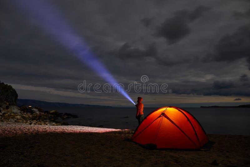 夜在天生野营的被点燃的帐篷 免版税图库摄影