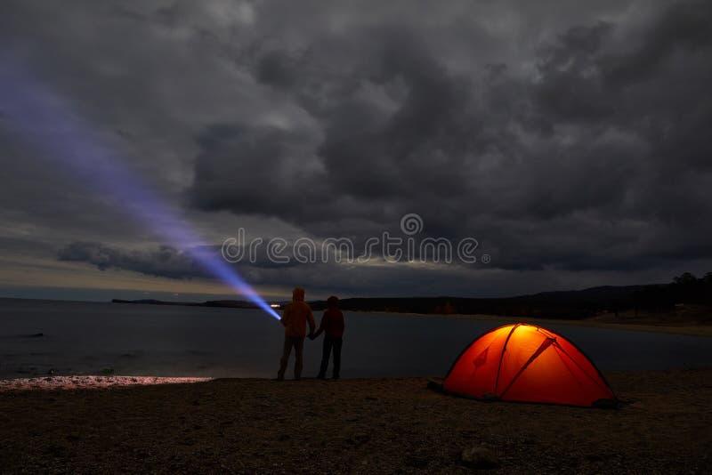 夜在天生野营的被点燃的帐篷 库存照片