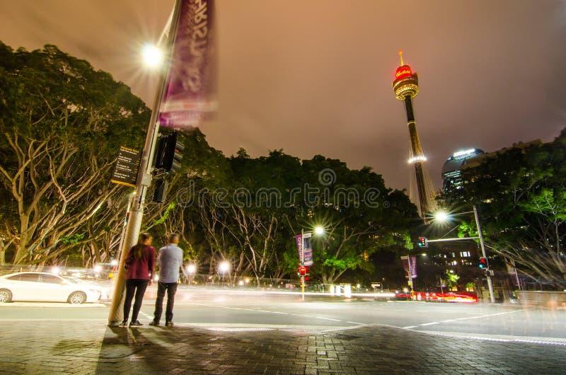 夜在女王/王后` s正方形的街道摄影有悉尼塔视图 库存照片