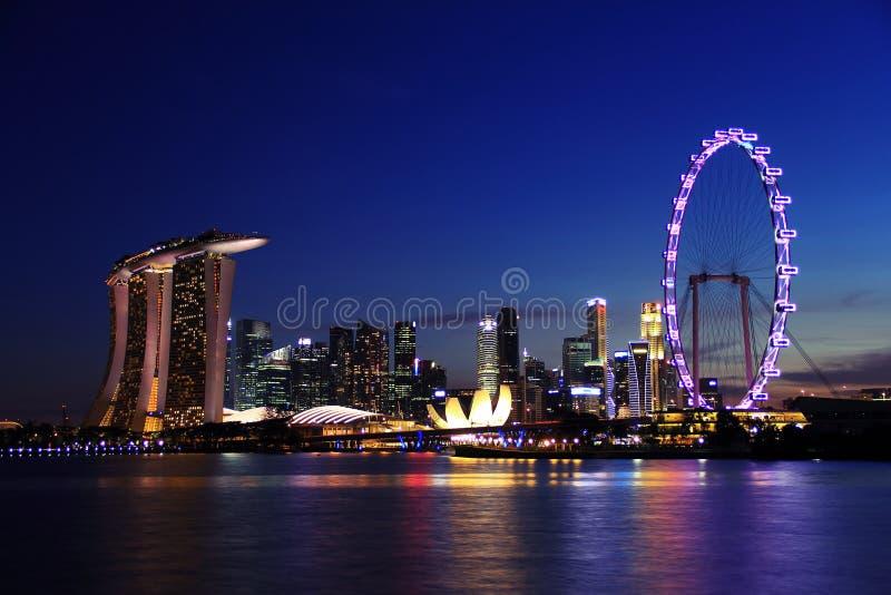 夜在小游艇船坞海湾沙子的新加坡地平线 免版税库存图片