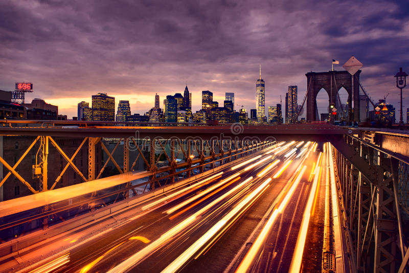 夜在布鲁克林大桥的汽车通行在纽约 免版税库存照片