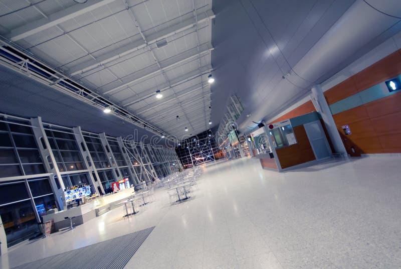 夜在没有人的机场 免版税库存图片