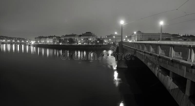 夜在河的全景视图在镇之间的历史部分的老石桥梁的 免版税库存照片