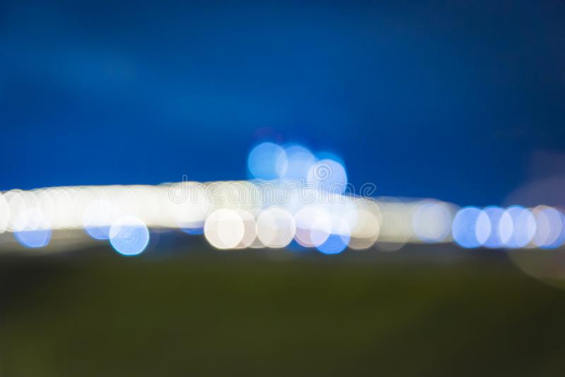 夜在迷离的城市视图 城市街道模糊的照片 街道生活bokeh图象 免版税库存图片
