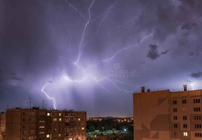 夜在雷暴下的城市视图与闪电罢工  库存图片