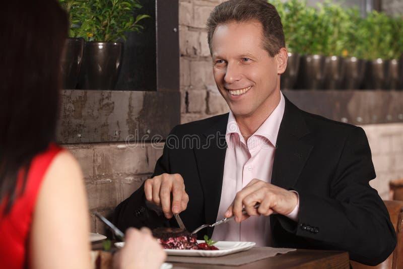 夜在餐馆。成熟夫妇吃晚餐在 库存照片